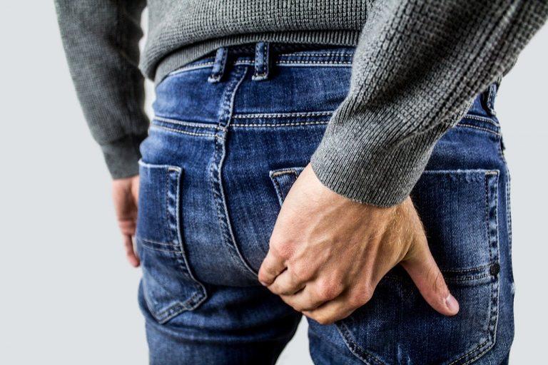 hämorrhoiden: mann mit schmerzen