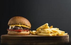 Burger und Pommes fehlt es an Ballaststoffen