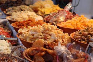 Verschiedene Schalen mit getrockneten Früchten
