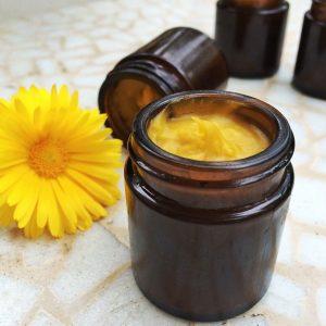 Ringelblumen-Salbe kann als Hausmittel gegen Hämorrhoiden helfen.